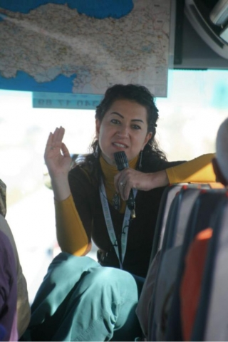 das war ihre Pose im Bus wenn sie uns über unsere Ziele und über ihr Land informierte